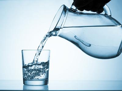 コップと水