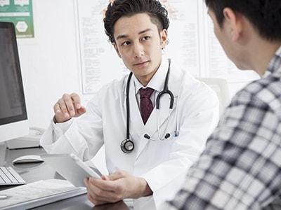副作用について説明する医者